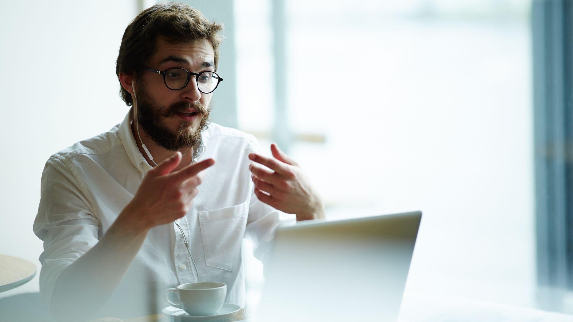 Man vor Computer - Online Meeting Regeln